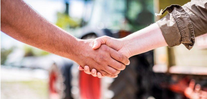 Handschlag zwischen Landwirt und Mitarbeiterin von PIELERS.jpg
