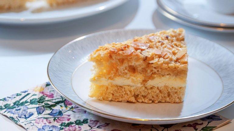 Backwaren: Gefüllter Butterbienenstichkuchen