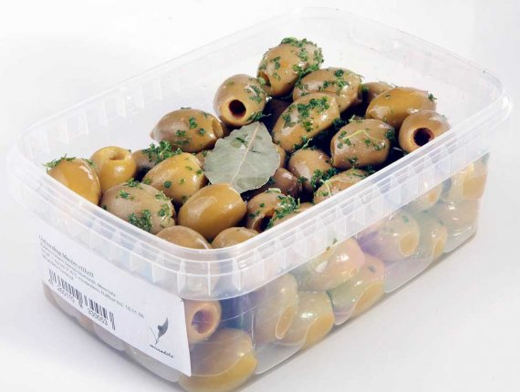 Entkernte grüne Oliven mit Kräutern
